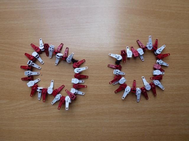 Armbånd af glider/skyder til lynlås i metermål - set hos HANNES patchwork - rød/hvid