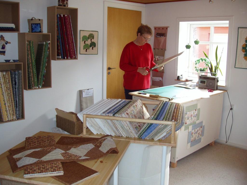Hanne i sin nye patchwork butik