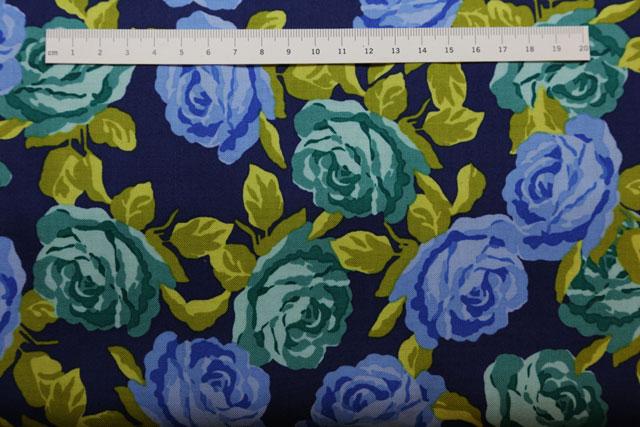 blå roser på patchworkstof