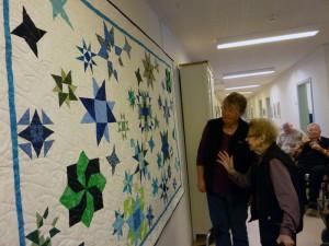 Freja quilterne giver flot patchwork tæppe til Thorshøj - hvordan har de gjordt ???