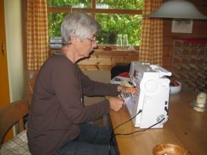 HANNES-blog-gæsteblogger-der syes på symaskine