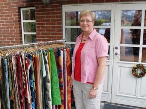 HANNE foran sin patchwork butik i Vejerslev