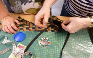Hanne hjælper Gitte med at lave slipse taske - HANNES patchwork