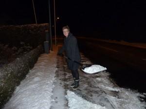 Hanne skovler sne i Vejerslev.
