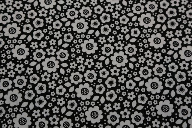 Sort-graa-hvid-stblomst-sortmedgrå