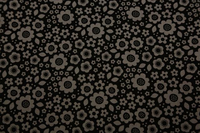 Sort-graa-hvid-stblomst-sortmgrå