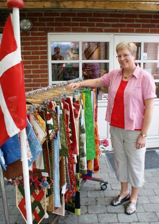 HANNES er klar foran sin patchwork butik