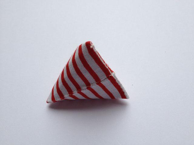 Buk nu stoffet/pappet på den korte led, så du har en firkant der ser sådan ud.